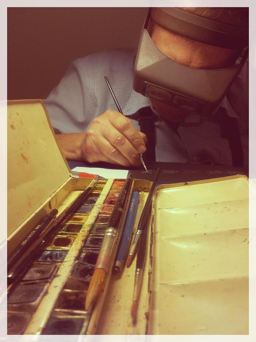 Il Maestro orafo (Mario Meda) disegna ad acquerello uno dei suoi gioielli