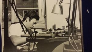 Giovane orafo, Mario Meda, lavora al banchetto