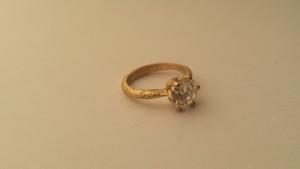 Solitario artigianale in oro giallo con montatura effetto grezzo e Diamante