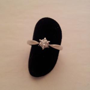 Solitario artigianale Stella con castone a sei punte in oro bianco e diamante