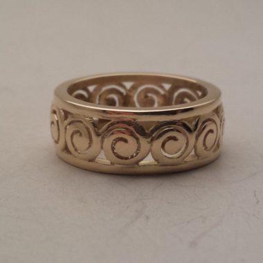 Anello a fascia con lavorazioni Spirali nella sua versione in oro giallo da 18 kt