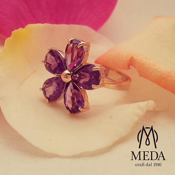 Anello a fiore con ametista fotografato su petali