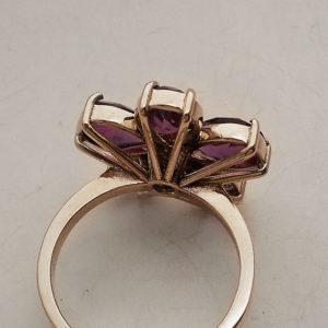 """Particolare della montatura di un anello a fiore """"Meda Orafi"""""""