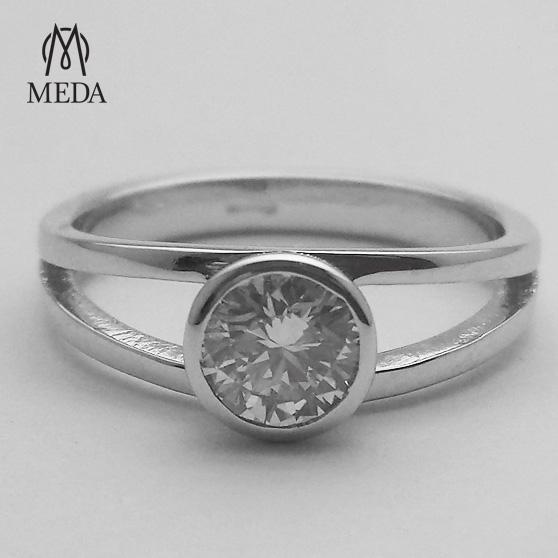Anello di fidanzamento con diamante al centro