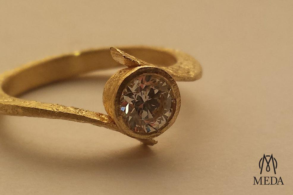 Anello con diamante solitario by Meda Orafi in oro grezzo