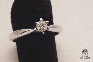 Anello solitario artigianale a stella con castone a sei punte in oro bianco e diamante