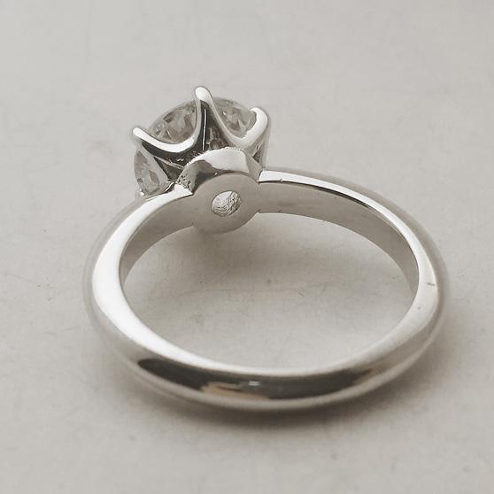Particolare dei castoni a sei punti di un anello con diamante