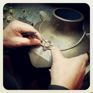 Maestro orafo proporziona gli elementi di un girocollo artigianale