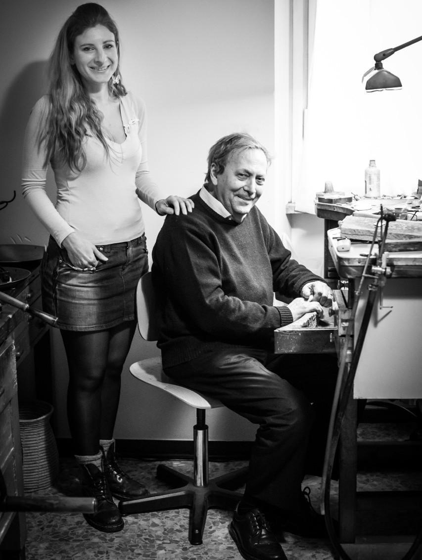 Gli orafi Miriam e Mario Meda, nel laboratorio di Milano