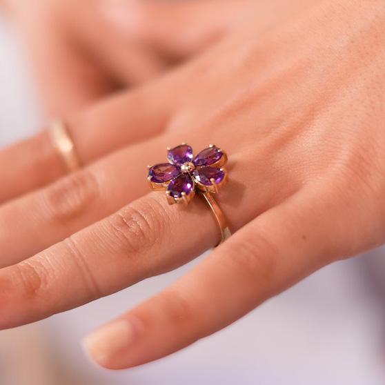 Anello a fiore con ametista indossato su mano sinistra