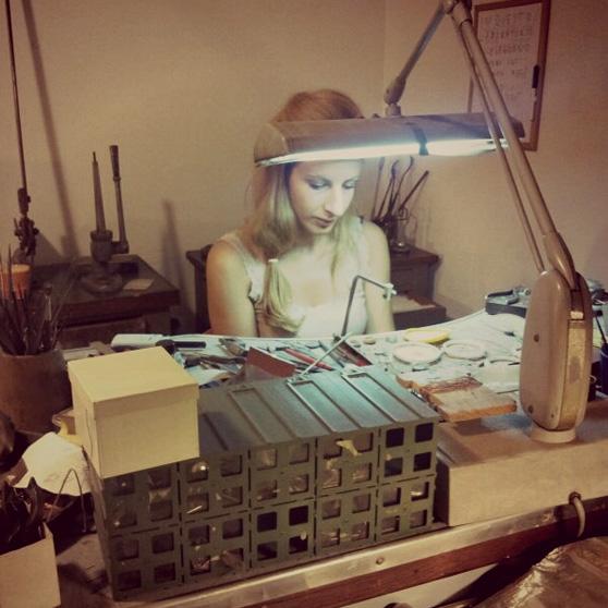 Miriam Meda lavora artiginalmente un gioiello al banchetto del papà Mario