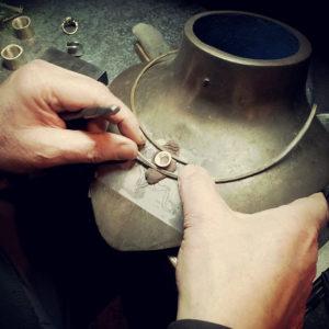 L'orafo Mario Meda posizione elementi di un girocollo artigianale