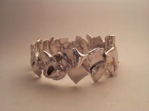 Bracciale Riflessioni, in oro bianco o argento, pezzi unici modellati a mano
