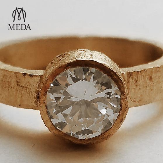 """Anello di fidanzamento """"Semplice""""particolare del diamante"""