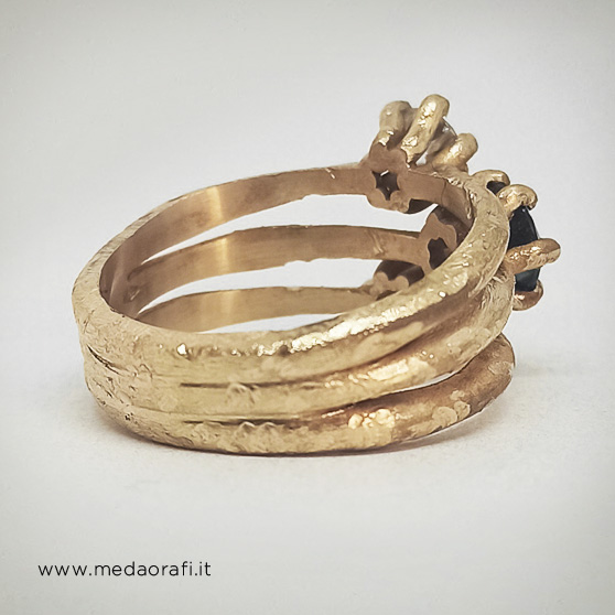 Anello di fidanzamento modello Materia versione trilogy, particolare del punto di unione tra i tre anelli