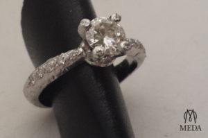 Anello in oro bianco con diamante su porta anello