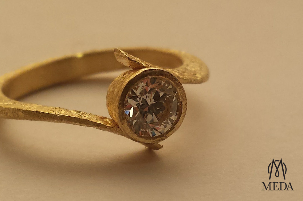Anello con diamante solitario by Meda Orafi in oro grezzo