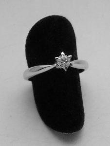 Anello solitario artigianale Stella con castone a sei punte in oro bianco e diamante