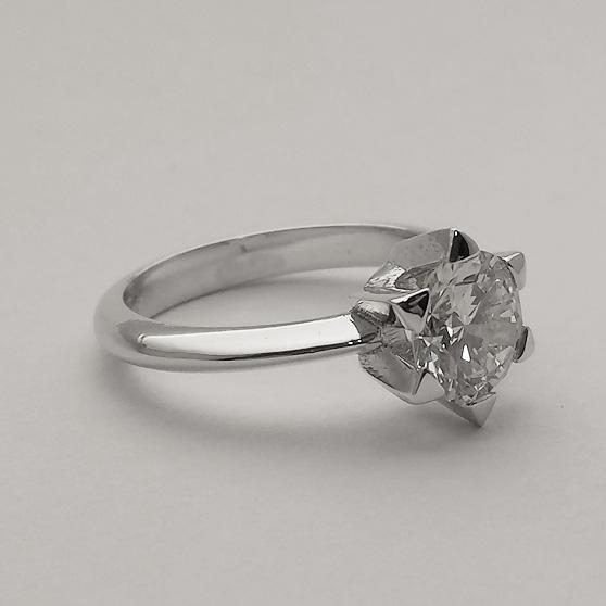 Anello con diamante a stella laterale