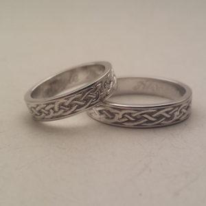 Coppai di fedi celtiche in oro bianco appoggiate una sull'altra