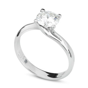 Anello da fidanzamento con diamante su sfondo bianco