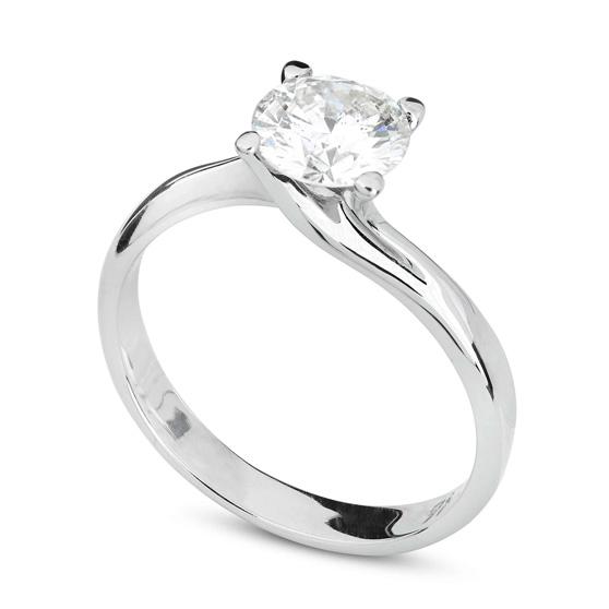 Anello di fidanzamento con diamante su sfondo bianco
