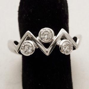Anello Trilogy con tre diamanti montato su porta anelli