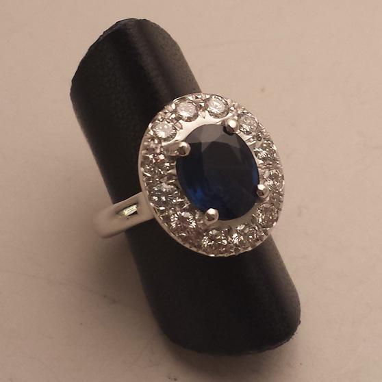 Anello con zaffiro in oro bianco su porta anello