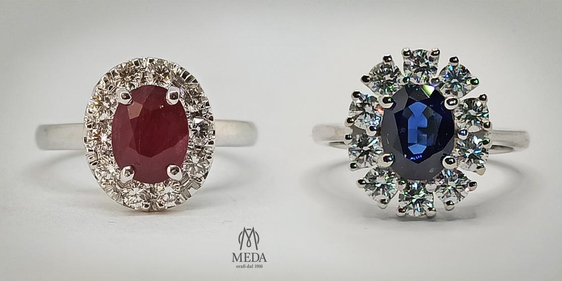 Due anelli di fidanzamento modello Kate in oro bianco, con zaffiro blu e rubino
