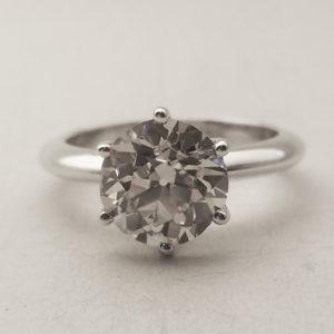 Particolare del diamante incastonato con sei punte