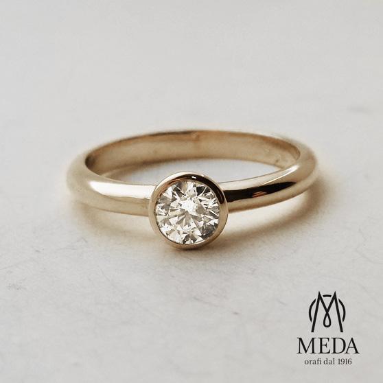 Fedina con diamante su montatura circolare