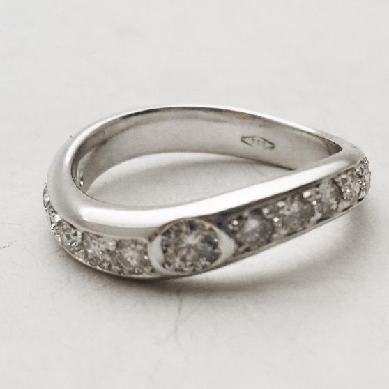 Fedina di forma irregolare ondulata con diamanti a girodito