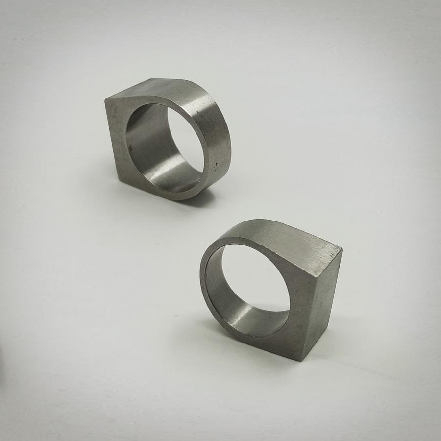 Due anelli in acciaio appoggiaiti in piedi per mostrare l'interno