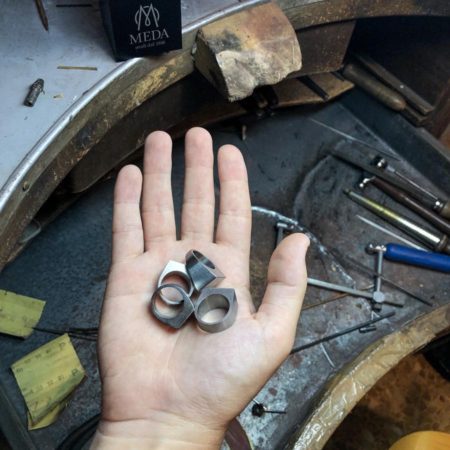 Gli originali anelli Bullone in acciaio fotografati in studio da Nicola Carmignani
