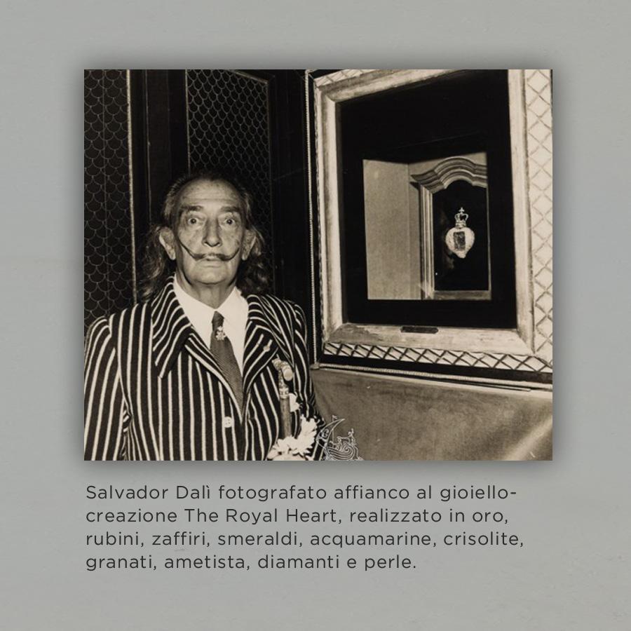 Salvador Dalì fotografato affianco al gioiello creazione The Royal Heart