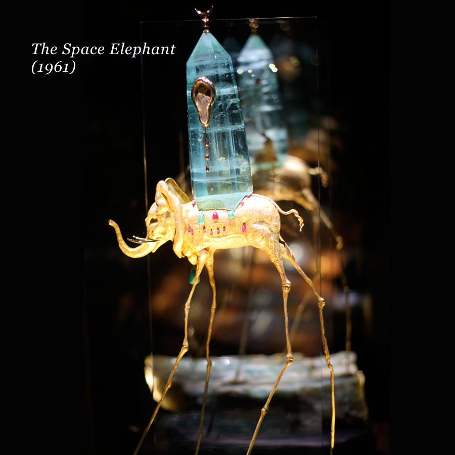 Un gioiello di Salvador Dalì a forma di strano elefante con una torre sul dorso, The Space Elephant del 1961