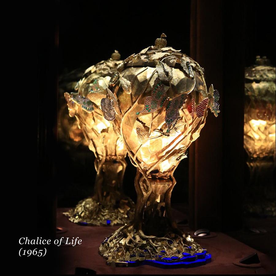 Un gioiello di Salvador Dalì a forma di calice luminoso, The Chalice of Life del 1965