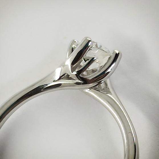 Dettaglio di anello in oro bianco con personalizzazione