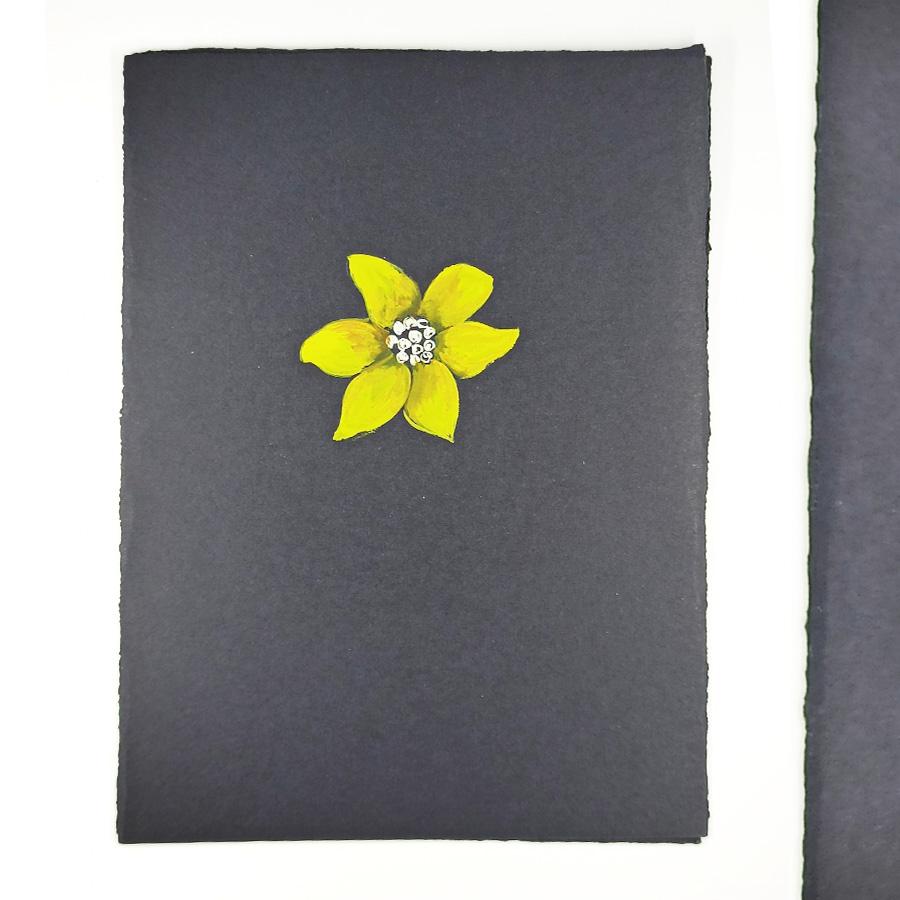Il cartoncino con un acquerello di un fiore giallo realizzato dall'orafo Mario Meda