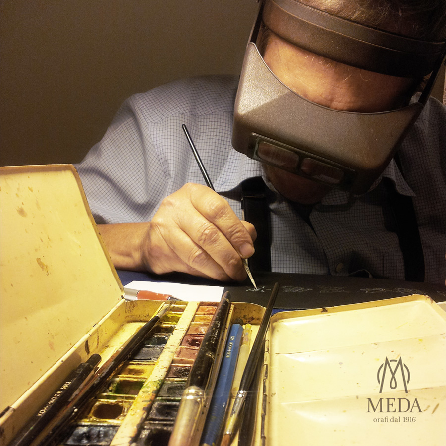 L'orafo Mario Meda mentre disegna ad aquerello un bozzetto per uno dei suoi gioielli