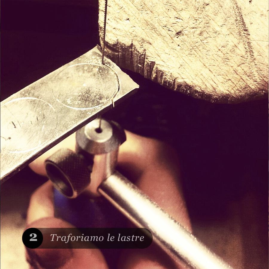 Tramite alcuni strumenti si traforano la lastre d'oro