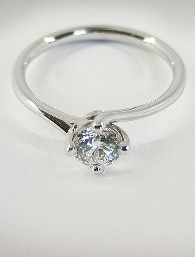 Anello di fidanzamento in oro bianco e diamante, particolare del diamante