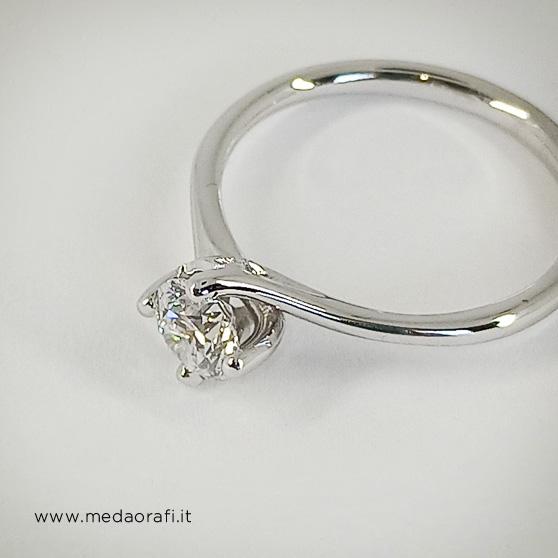 Anello di fidanzamento in oro bianco e diamante, particolare