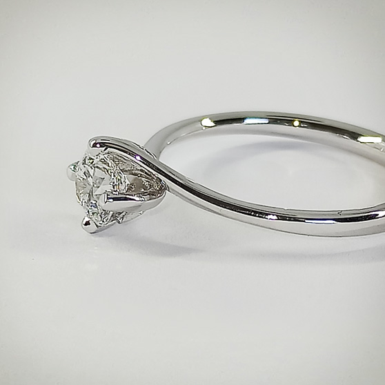 Anello di fidanzamento in oro bianco e diamante laterale