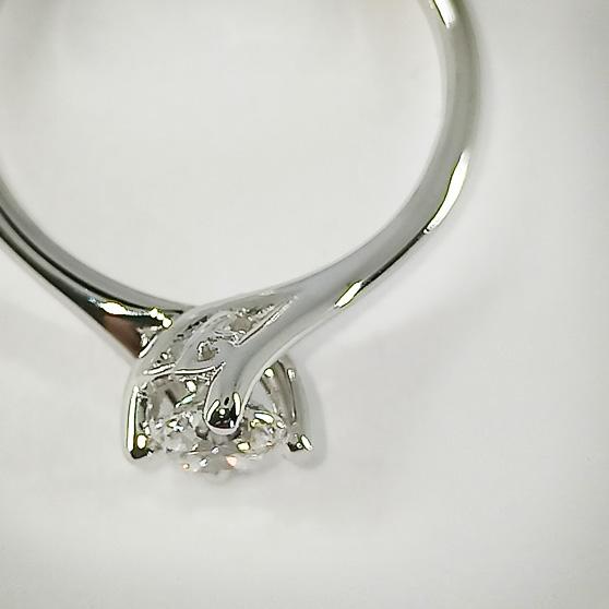 Anello di fidanzamento solitario in oro bianco con diamante, vista dall'alto del castone
