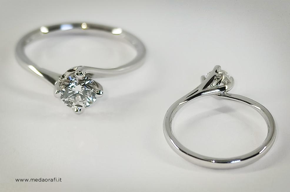 Anello di fidanzamento solitario in oro bianco con diamante, vista frontale posteriore del castone