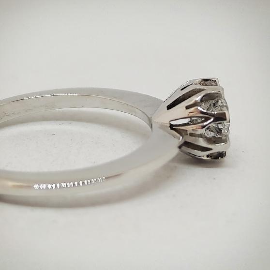Anello in oro bianco modello Vintage, dettaglio laterale castone