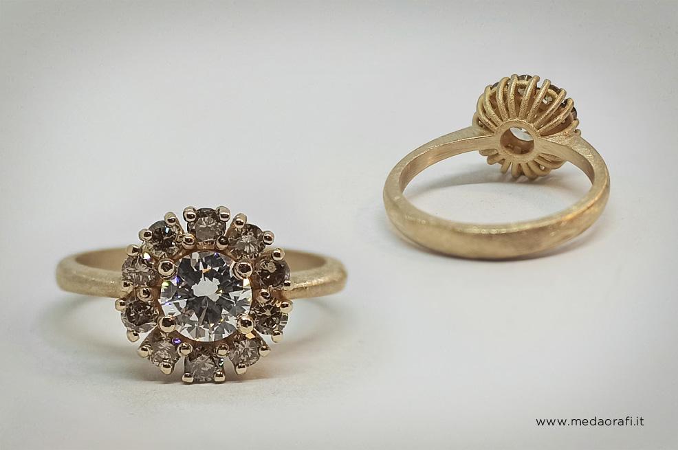 Anello di fidanzamento modello Retrò in oro rosa e diamante centra e corona di birllanti intorno, visuale frontale e retro