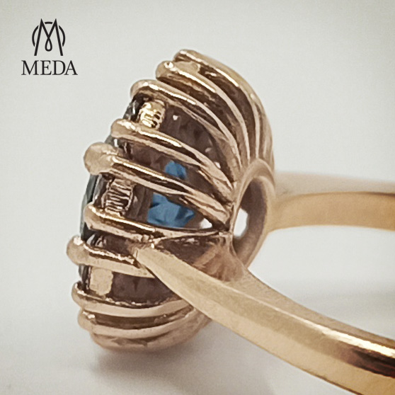 Il dettaglio del castone dell'anello di fidanzamento Retrò con topazio Blue London