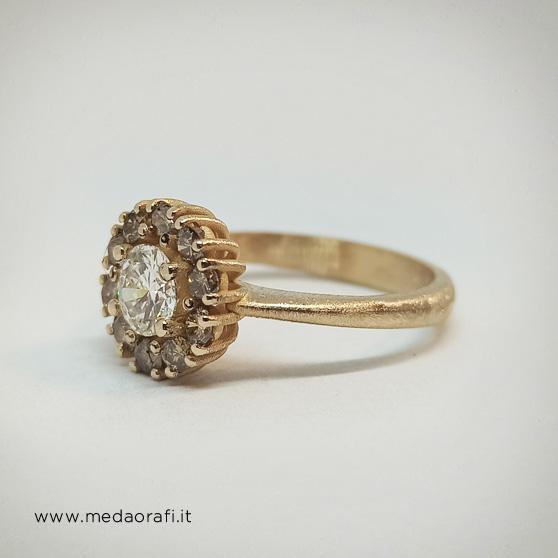 Anello con diamante centrale e diamanti champagne, modello Retrò, fianco